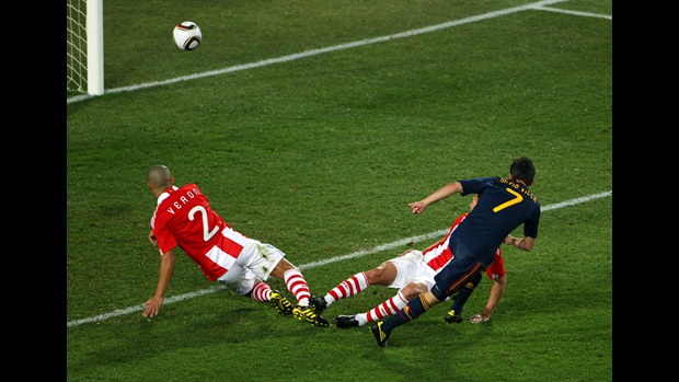 David Villa scores against Paraguay