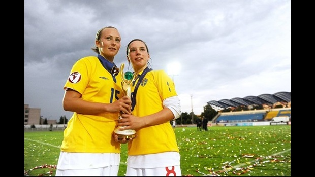 Toni Duggan (l) and Jordan Nobbs (r) with the UEFA European Women's U19 Championship trophy.