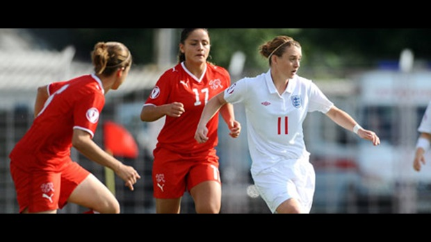 Jade Moore leaves two Switzerland players in her wake (image courtesy of Sportsfile).